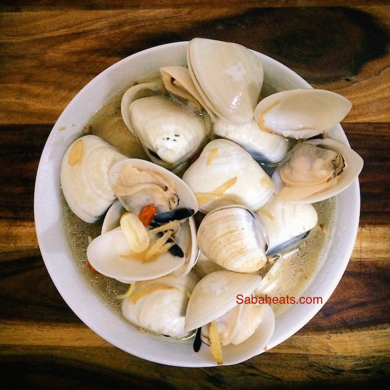 yellow wine clams soup